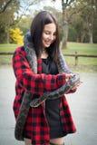 拿着Python蛇的女孩 免版税库存图片