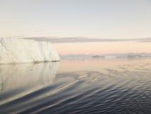 Płytkowe góry lodowa w Antarktycznym dźwięku Zdjęcia Stock