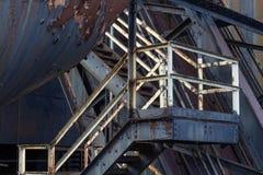 Pytlowy metal Czmychający metalu przemysłowy schody, strugająca farba, rdzewiejący schody, strugająca farba i rdzewiejący m zdjęcie stock