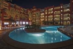 Pływacki basen w luksusowym tropikalnym hotelowym kurorcie przy nocą Obrazy Royalty Free