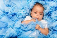 Pyzaty Afrykański mały dziecko kłaść na błękitnym płótnie zdjęcie stock
