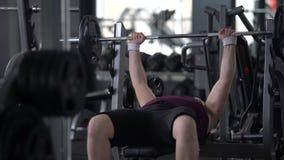 Pyzaty mężczyzna uczucie męczył podnośny barbell, ciężar straty gym trening, siła zdjęcie wideo