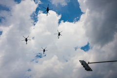 PZL w-3 Sokol/Valk over de straten Stock Foto's
