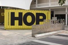 8Q摄影房子的美术馆山姆用大黄色容器蛇麻草 免版税库存图片