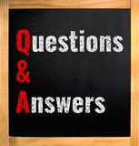 Q&A - вопросы и ответы, белят текст мелом на черной доске стоковые изображения