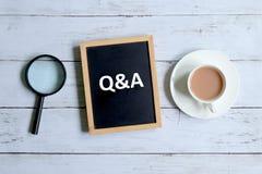 Q&A γραπτός σε έναν πίνακα στοκ εικόνα