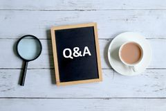 Q&A escrito em um quadro-negro Imagem de Stock