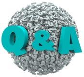 Q et une question Mark Sphere Ask pour l'aide de soutien de réponses Photos stock