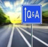 Q & un segnale stradale su un fondo veloce con il tramonto fotografia stock libera da diritti