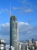 Q1 de bouw tussen wolkenkrabbers Stock Fotografie