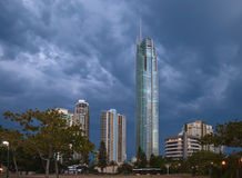 Q1 tour en nuages orageux, Gold Coast Photographie stock