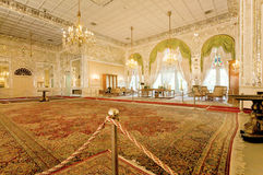 Qajar皇家dinasty Golestan宫殿的五颜六色的内部有波斯地毯的 免版税库存图片