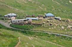 Qalayxudat, Azerbaigian, un paesino di montagna a distanza nella maggior gamma di Caucaso Immagini Stock