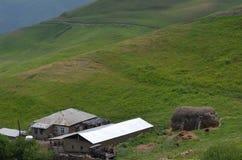 Qalayxudat, Azerbaigian, un paesino di montagna a distanza nella maggior gamma di Caucaso Immagine Stock