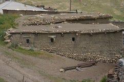 Qalayxudat, Azerbaigian, un paesino di montagna a distanza nella maggior gamma di Caucaso Fotografia Stock