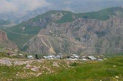 Qalayxudat, Azerbaigian, un paesino di montagna a distanza nella maggior gamma di Caucaso Fotografie Stock
