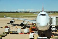 Qantas波音747-400被装载 库存照片