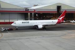 Qantas Боинг в Сиднее будучи вытягиванным с строба Стоковые Фотографии RF