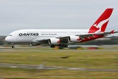Qantas Airbus A380 in der Bewegung auf Laufbahn. Lizenzfreie Stockfotografie