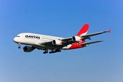 Qantas Airbus A380 im Flug. Stockfotos