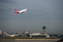 QANTAS Airbus au-dessus de tour de contrôle, aéroport de Sydney Images stock