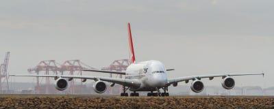 Qantas Airbus A380 na pista de decolagem com o período de asa completo Fotos de Stock Royalty Free