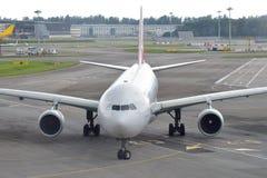 Qantas Airbus 330 que taxiing à porta no aeroporto de Changi Fotografia de Stock Royalty Free
