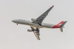 Qantas Airbus A330-200 sui precedenti delle nuvole Fotografie Stock Libere da Diritti