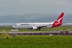 Qantas Airways Боинг 737 ездя на такси для отклонения на международном аэропорте Окленда Стоковая Фотография