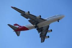 Qantas Airways Boeing 747 i himmel för New York ` s, innan att landa på JFK-flygplatsen Royaltyfria Foton