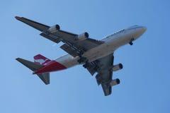 Qantas Airways Boeing 747 in New- York` s Himmel vor der Landung an JFK-Flughafen Lizenzfreies Stockbild