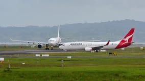 Qantas Airways Boeing 737 roulant au sol pour le départ à l'aéroport international d'Auckland Photos stock
