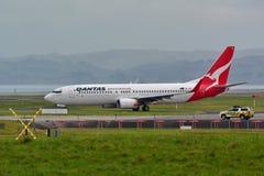 Qantas Airways Boeing 737 roulant au sol pour le départ à l'aéroport international d'Auckland Photographie stock