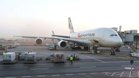 Qantas Airways A380 flygplan som underhålls på flygplatsen Begreppsmässig ledare Arkivbild