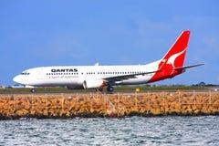 Qantas Boeing 737 auf der Laufbahn. Lizenzfreie Stockfotografie