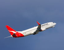 Qantas Boeing 737 im Flug Lizenzfreie Stockfotografie