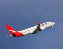 Qantas Boeing 737 no vôo Fotografia de Stock Royalty Free