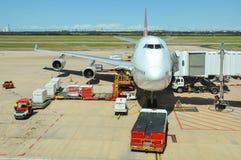 Qantas Boeing 747-400 est chargé Image libre de droits