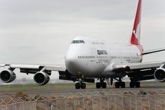 Qantas Boeing 747 Strahlenrollen auf der Laufbahn. Lizenzfreies Stockfoto