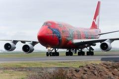Qantas Boeing 747 Strahlenrollen auf der Laufbahn. Lizenzfreies Stockbild