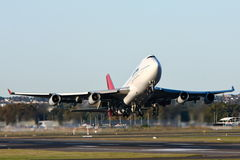 Qantas Boeing 747 Verkehrsflugzeugstart. Stockbilder
