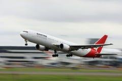 Qantas Boeing 767 con la sfuocatura di movimento della priorità bassa. Immagine Stock