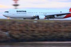 Qantas Boeing 767 in motie Royalty-vrije Stock Fotografie