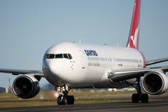 Qantas Boeing 767 op de baan. Stock Afbeeldingen
