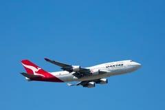 Qantas Boeing 747-400 che vola Fotografie Stock Libere da Diritti