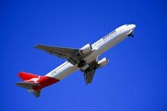 Qantas Boeing die 767 opstijgt. Royalty-vrije Stock Foto's