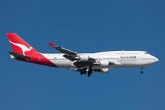 Qantas Boeing 747-438/ER VH-OEH på inställningen som ska landas på Melbourne den internationella flygplatsen Royaltyfria Foton