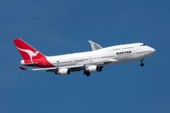 Qantas Boeing 747-438/ER VH-OEH som vänder till land på Melbourne den internationella flygplatsen Royaltyfri Foto