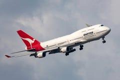 Qantas Boeing 747-438/ER VH-OEH som vänder till land på Melbourne den internationella flygplatsen Arkivfoto