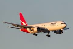Qantas Boeing 767-338/ER VH-OGI na aproximação à terra no aeroporto internacional de Melbourne Imagens de Stock Royalty Free